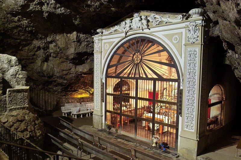Resultado de imagen de ¿Cómo puede existir, a estas alturas, un pueblo dentro de una Cueva?
