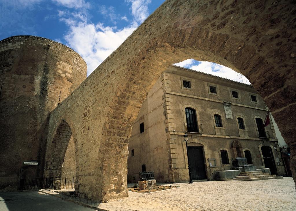 Acueducto y Torre del Botxí. Autor, Patronato Provincial de Turismo