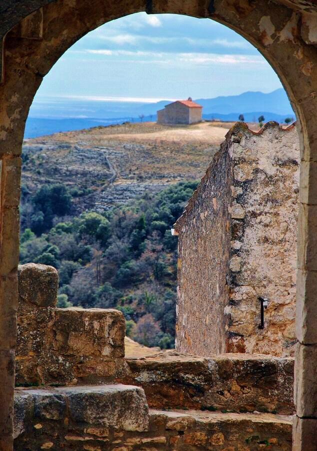 Vistas de la Ermita de San Cristobal desde un rincón de Culla en Alto Maestrazgo. Autor, Guiasviajar