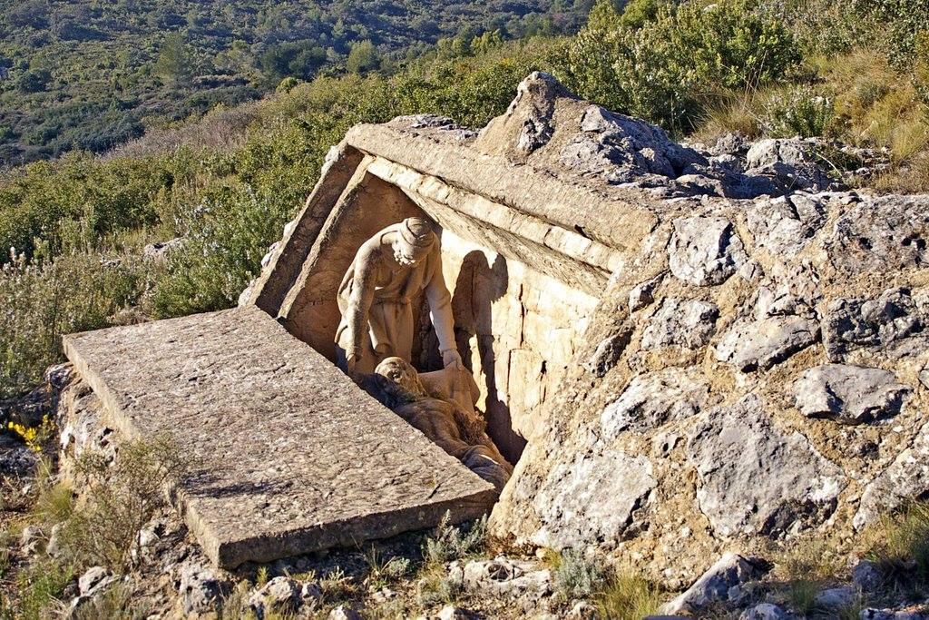 Escultura sobre la Pasión situada en el sendero GR-10. Autor, Peter Cero